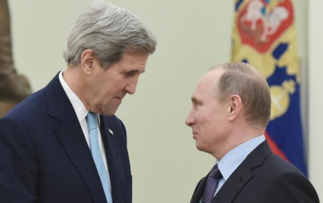Waziri wa mambo ya nje wa Marekani John Kerry na Rais wa Urusi Vladimir Putin katika Ikulu ya Kremlin mjini Moscow, Desemba 15, 2015.