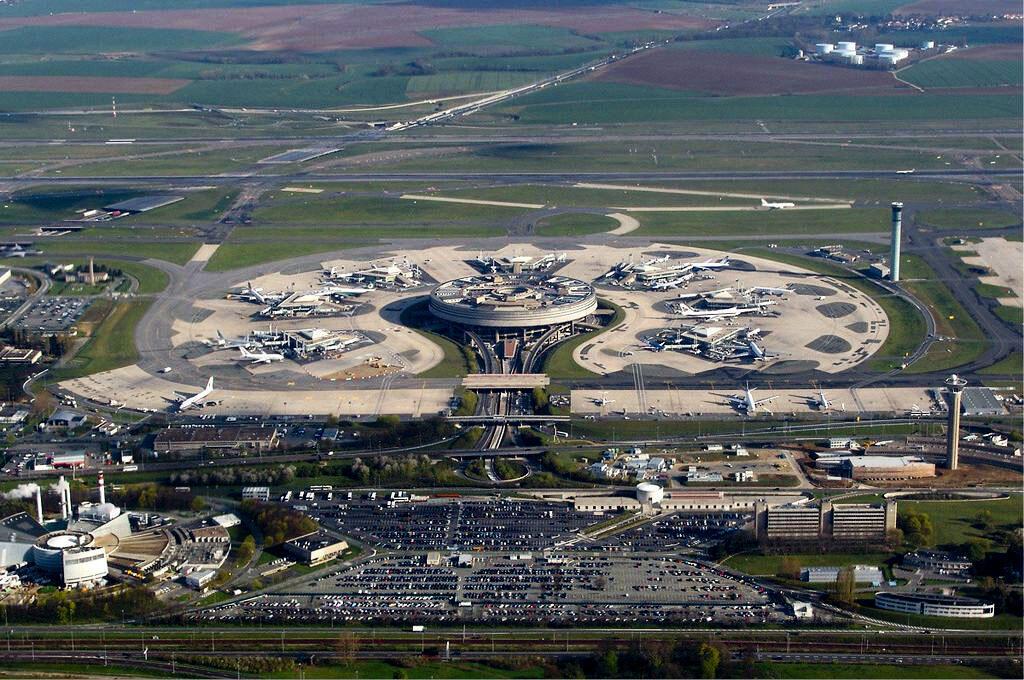 Vue aérienne du terminal 1 de l'aéroport de Paris,-Roissy Charles-De-Gaulle.
