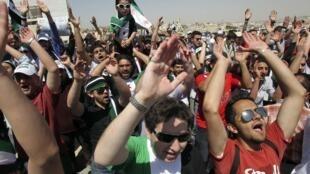 Manifestation de réfugiés syriens devant l'ambassade de Syrie à Amman, en Jordanie.
