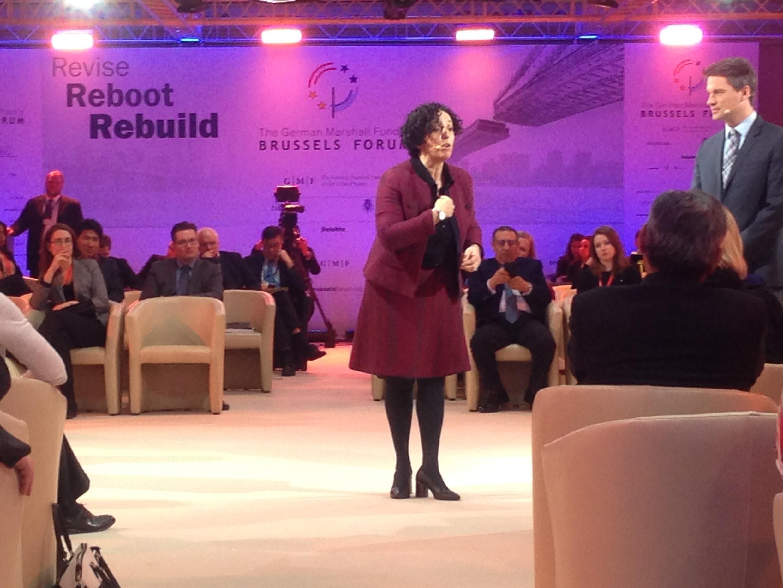 Khadija Zamouri, députée au Parlement de Bruxelles, flamande d'origine marocaine, plaide pour l'inclusion économique des minorités lors d'un panel sur l'équité économique le 9 mars au Brussels Forum.