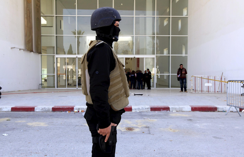 Polisi akipiga doria karibu na jumba la maonyesho la Bardo jijini Tunis.