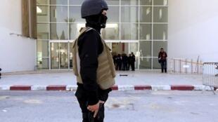 Un policier devant le musée du Bardo à Tunis, ici le 19 mars 2015, le lendemain de l'attentat. Tunis attribue cet attentat à la brigade tunisienne d'Aqmi.