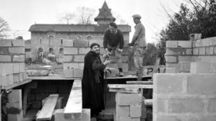 Cha Pierre, người đã khởi động chiến dịch đoàn kết toàn quốc xây dựng nhà ở tình nghĩa cho người nghèo. Ảnh chụp năm 1954.