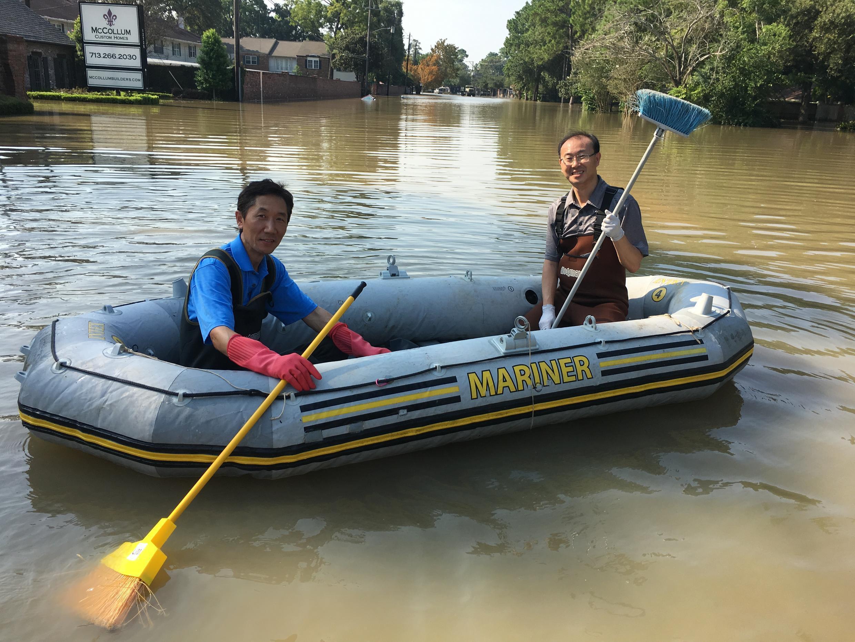 Peng Zan et un ami sur leur bateau pneumatique à Houston.