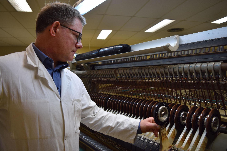 La PME Mulann Industries à Avranches (Normandie, dirigée par Ronan Gallou, est l'une des deux usines au monde à fabriquer encore des cassettes audio. Son objectif est d'en vendre 100 000 par mois.