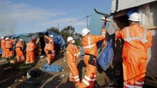 Maior parte do trabalho de demolição de barracas de Calais, nesta terça-feira (25) é feita manualmente.