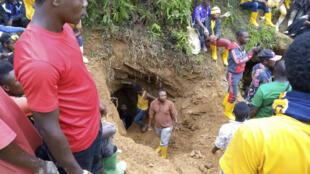 Les sauveteurs travaillent à Kamituga, au Sud-Kivu, le 12 septembre 2020, à l'entrée de l'une des mines où des dizaines de mineurs artisanaux congolais sont morts après de fortes pluies qui ont rempli les tunnels de la mine.