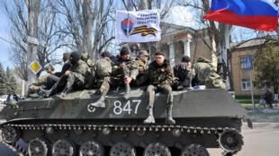 Char arborant un drapeau russe et un drapeau blanc sur lequel on peut lire «Corps des volontaires du peuple de Donetsk» à Slaviansk ce mercredi 16 avril.