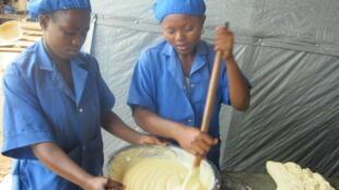A droite Mylène, 16 ans, a décidé d'apprendre la boulangerie et la pâtisserie.