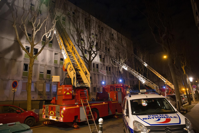 Пожарные тушат огонь в центре для рабочих-иммигрантов под Парижем, 16 декабря 2016 г.
