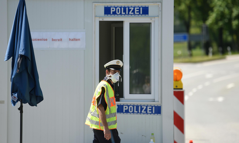 Un policía alemán con mascarilla, el 7 de mayo de 2020 en el puesto cercano a Oberaudorf, fronterizo con Austria