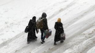 Sob a neve, últimos moradores da zona rebelde de Aleppo aguardam retirada