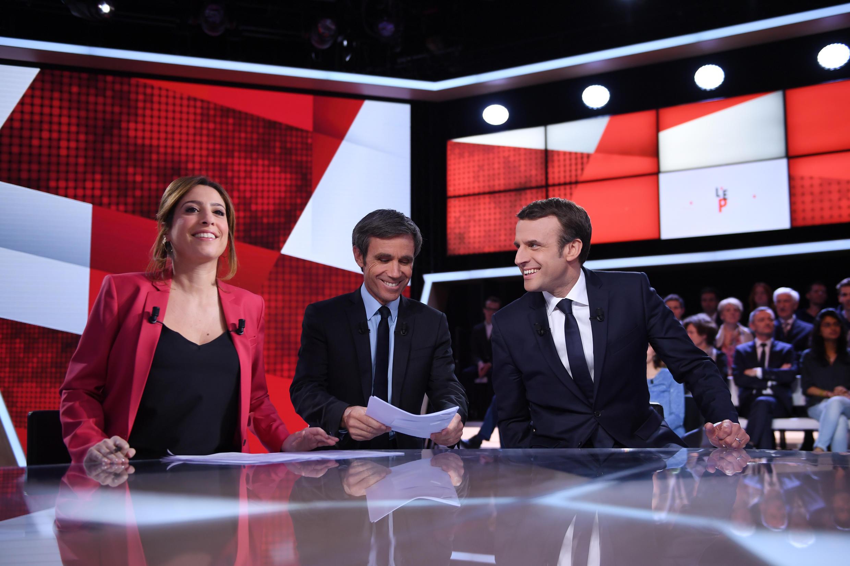 Эмманюэль Макрон и популярные ведущие Давид Пюжадас и Леа Саламе в студии France-2 6 апреля 2017