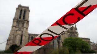 Un perímetro de seguridad impide el acceso de turistas a zonas comerciales cercanas a la catedral Notre-Dame.  que algo assim possa acontecer? »