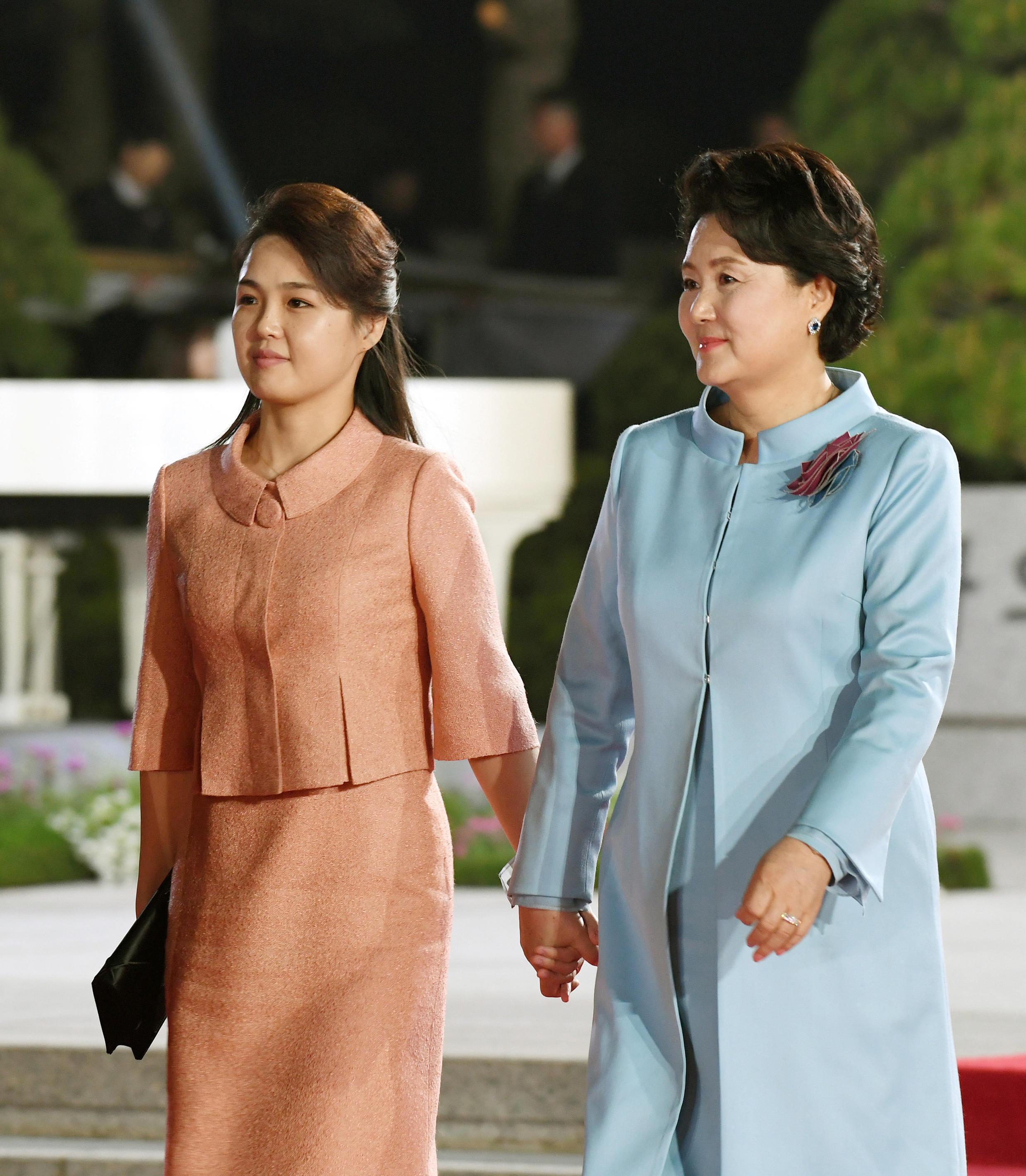 Hai đệ nhất phu nhân Liên Triều : Phu nhân tổng thống Hàn Quốc Kim Jung Sook (phải) và Ri Sol Ju.