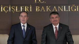 Le ministre français de l'Intérieur Claude Guéant (g) avec son homologue turc Idris Naim Sahin (d) le 7 octobre 2011 à Ankara.