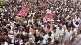 Người hồi giáo shia biểu tình mang xác nạn nhân của vụ đánh bom tại Lahore hôm 1/9/2010