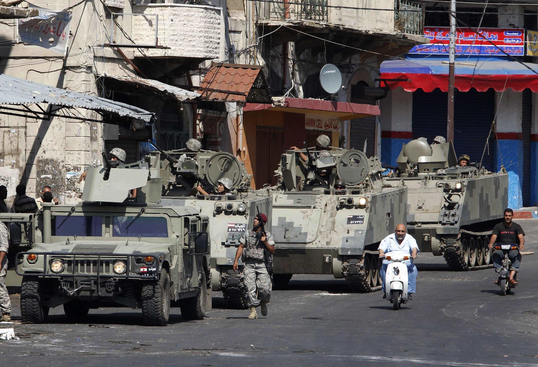 Des soldats libanais patrouillent après les affrontements entre pro et anti-régime syrien qui ont fait neuf morts et une dizaine de blessés à Tripoli, au nord du Liban, le 15 mai 2012.