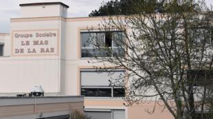 Une vue de l'école de  Villefontaine où un directeur a été arrêté en 2015 pour acte de pédophilie sur des dizaines d'enfants de cet établissement..