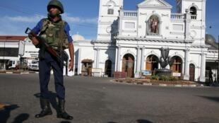 Un agente de seguridad custodia el santuario de San Antonio de Colombo tras los atentados del 21 de abril.