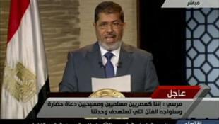 O novo presidente do Egito, Mohammed Mursi, em seu primeiro pronunciamento na TV, neste domingo, no Cairo.