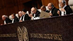 Los jueces de la Corte Internacional de Justicia de La Haya anuncian el fallo por la disputa territorial entre Costa Rica y Nicaragua, este 16 de diciembre de 2015.