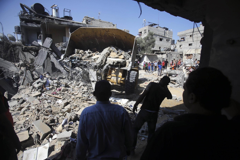Một cảnh tại Gaza sau oanh kích của không quân Israel. Đội cứu thương tim kiếm nhạn nhân, ngày 10/07/2014.
