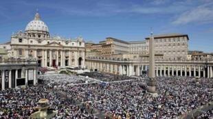 Uma multidão de fiéis acompanhou a cerimônia de beatificação de João Paulo II, na praça de São Pedro, em Roma.