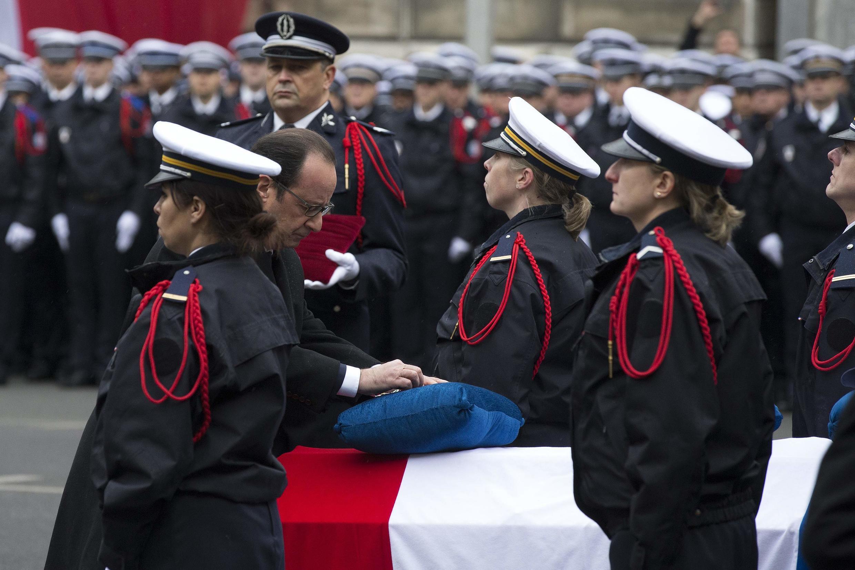 Cerimônia na sede da polícia homenageou os três policiais mortos nos atentados de Paris.