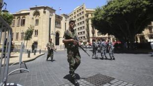 Des militaires libanais patrouillent devant le Parlement libanais, durant la première phase de l'élection présidentielle. Beyrouth, 23 avril 2014.