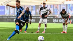 L'attaquant argentin de l'Inter Milan, Lautaro Martinez, marque sur penalty lors du match de Serie A à domicile contre l'Udinese, le 23 ami 2021