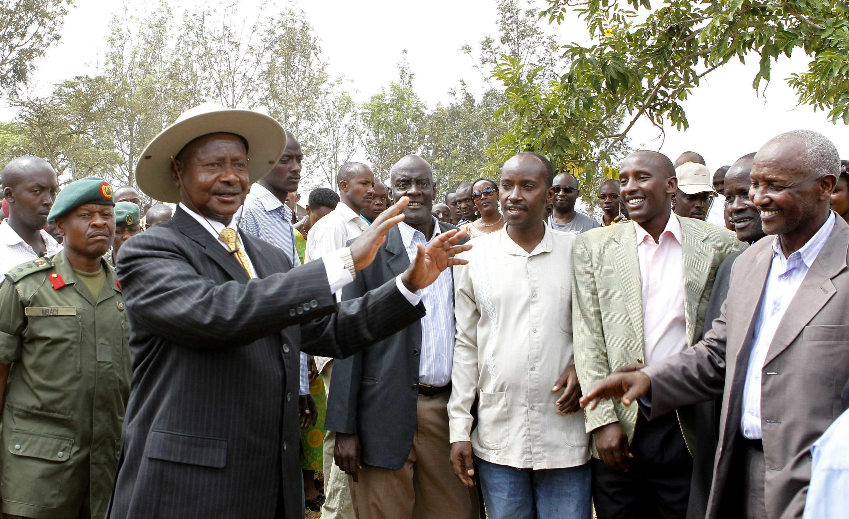 Rais wa Uganda Yoweri Kaguta Museveni akisabahi umati wa wapiga kura katika kituo cha kupigia kura cha Rushere, nchini Uganda, Februari 18 mwaka 2011.