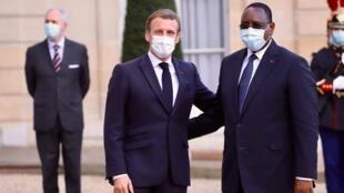 Le président français Emmanuel Macron accueille son homologue sénégalais, Macky Sall à l'Elysée dans le cadre du Forum de Paris sur la Paix, le 12 novembre 2020.