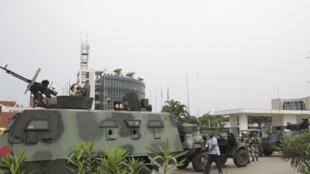 گروهی از نظامیان گابن در مقابل مقر رادیو تلویزیون این کشور پس از دوباره بدست گرفتن کنترل این نهاد ازدست کودتاچیان. دوشنبه ۱٧ دی/ ٧ ژانویه ٢٠۱٩