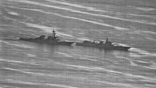 """疑似美國海軍軍機拍攝的照片:中國軍艦尾幾乎貼近""""迪凱特""""號左側船頭,距離僅約41米"""