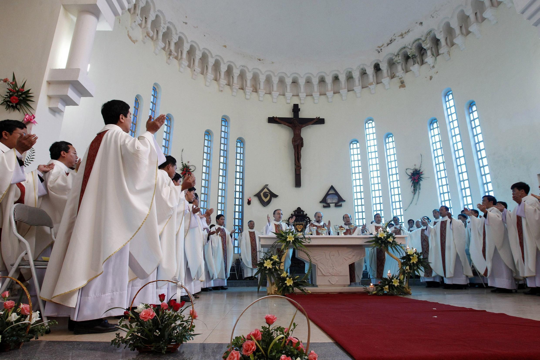 Đại diện không thường trú của Vatican Leopoldo Girelli tham gia cử hành thánh lễ tại Hưng Hóa, Sơn Tây  ngày 25/11/ 2011.