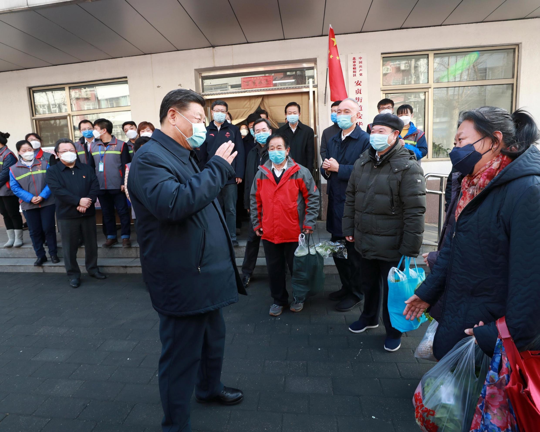 Le président chinois Xi Jinping discute avec des habitants de Pékin le 10 février 2020.