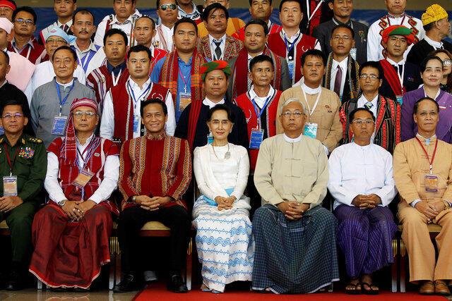 Khai mạc Hội nghị Panglong của thế kỷ 21 tại Naypyitaw ngày 31/08/2016. Trong ảnh (từ trái qua phải), tư lệnh quân đội Min Aung Hlaing, chủ tịch Hạ Viện Mahn Win Khaing Than, phó chủ tịch Henry Van Thio, cố vấn Nhà Nước Aung San Suu Kyi....