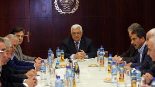 Le président palestinien Mahmoud Abbas (c) lors du comité central du Fatah à Ramallah, le 8 janvier 2011.