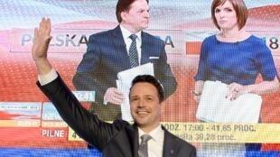 A Varsovie, l'opposition libérale représentée par Rafal Trzaskowski l'avait emporté dès le premier tour, le 21 octobre.