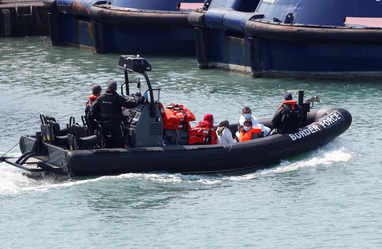 Береговой патруль доставляет лодку с мигрантами в порт Дувра, 9 августа 2020 г.