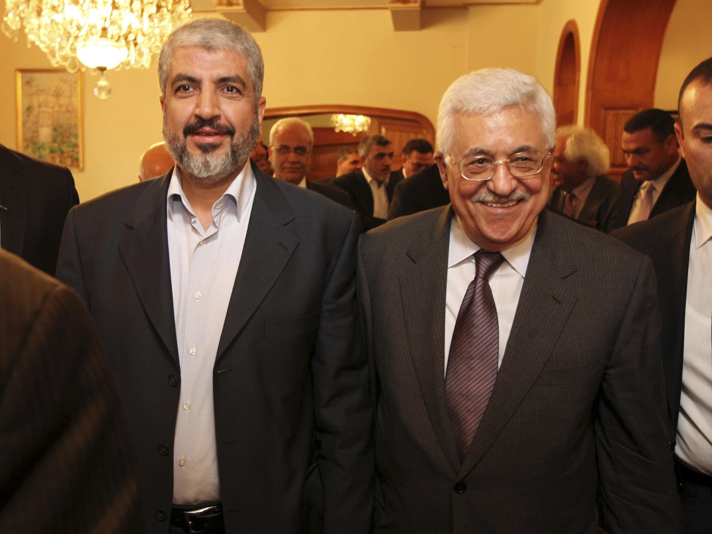 Kiongozi wa kisiasa wa Hamas, Khaled Meechal (kushoto) akiwa pamoja na rais wa Mamlaka ya Palestina Mahmoud Abbas.