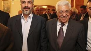 Khaled Meechal, le chef du Hamas et Mahmoud Abbas, le président de l'Autorité palestinienne côte à côte, le 24 novembre 2011 au Caire.
