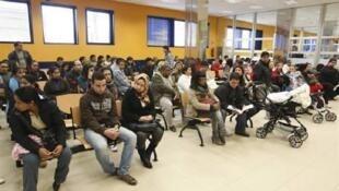 Imigrantes esperando para regularizar seus documentos na cidade de Granada, na Espanha.