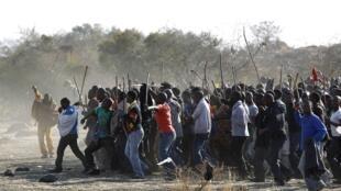 Mineurs sud-africains en grève le 18 août 2012.