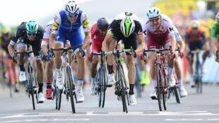 Marcel Kittel (no centro, de azul) venceu a sétima etapa da Volta a França em bicicleta.