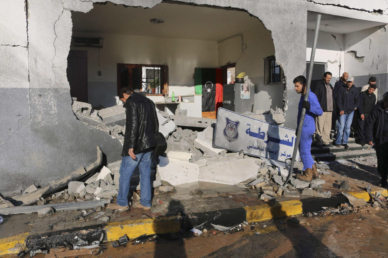 Un commissariat de Tripoli visé par une attaque de l'EI, jeudi 12 mars 2015, en Libye.