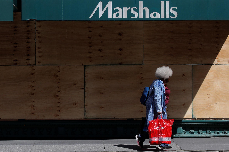 Siêu thị Marshall chuẩn bị mở cửa trở lại trong giai đoạn một bãi bỏ phong tỏa vì dịch Covid-19, New York, Mỹ, ngày 08/06/2020
