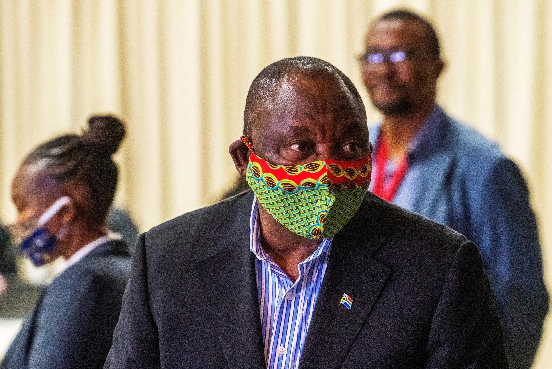 O Presidente da África do Sul, Cyril Ramaphosa, durante  uma recente viagem à Cidade do Cabo (Cape Town) no âmbito da luta contra a Covid-19.