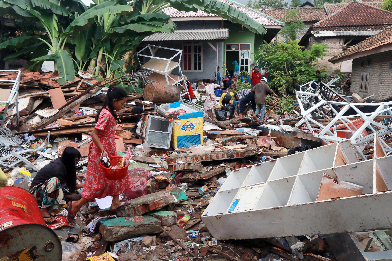 Más de cinco mil personas se han visto afectadas por el tsunami que golpeó las costas de Indonesia